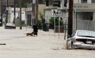 Le centre-ville de Calgary, la capitale pétrolière du Canada, a été en grande partie vidé de ses habitants vendredi en raison de fortes inondations qui ont fait trois morts dans la région, selon la police.