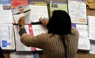 Une employée trie les tracts des candidats à la mairie de Marseille