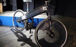Le vélo à assistance électrique SUN-E est équipé de cellules photovoltaïques permettant à la batterie de se recharger grâce au soleil.