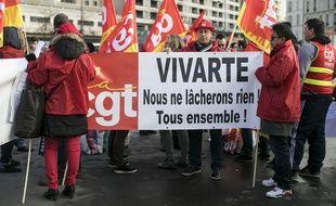Les salariés du groupe Vivarte, ici lors d'une manifestation le 5 janvier 2017, craignent un plan de restructuration drastique qui pourrait menacer 2.000 emplois.