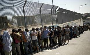 Des migrants font la queue pour se faire enregistrer par la police grecque, sur l'île de Lesbos, le 8 septembre 2015