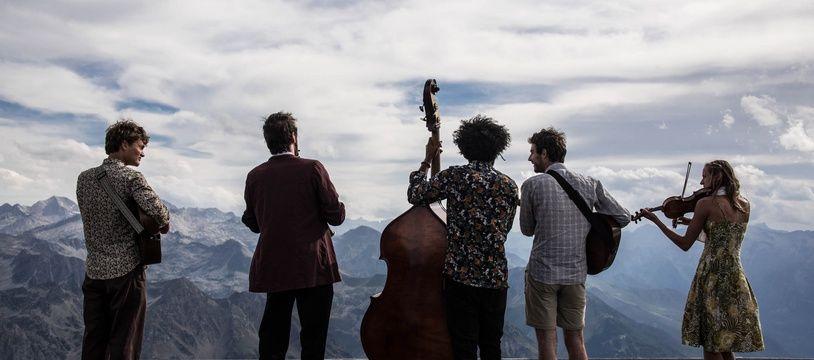 Des musiciens jouent durant une semaine dans un refuge des Pyrénées à l'occasion de la Tournée des refuge.