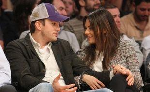 Les acteurs Ashton Kutcher et Mila Kunis à un match de basket