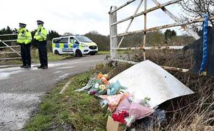 Des fleurs et des messages de condoléances pour Sarah Everard, près du lieu où le corps de la jeune femme a été retrouvé, à Ashford, en Angleterre, le 12 mars 2021.