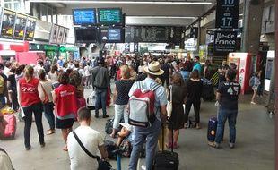 Panne SNCF: Le trafic des TGV est encore perturbe en gare Montparnasse Voyageurs attentent leurs trains. Paris, FRANCE-31/07/2017.