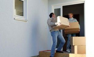 Des amis prêtent main forte lors d'un déménagement.