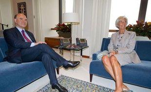 """Du FMI au Trésor américain en passant par la Banque mondiale, le ministre de l'Economie français Pierre Moscovici s'est lancé jeudi à Washington dans une journée-marathon chez les grands argentiers du globe pour délivrer un message """"d'optimisme"""" sur la situation en zone euro."""