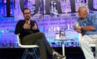 Evan Williams (à gauche) lors d'une conférence.