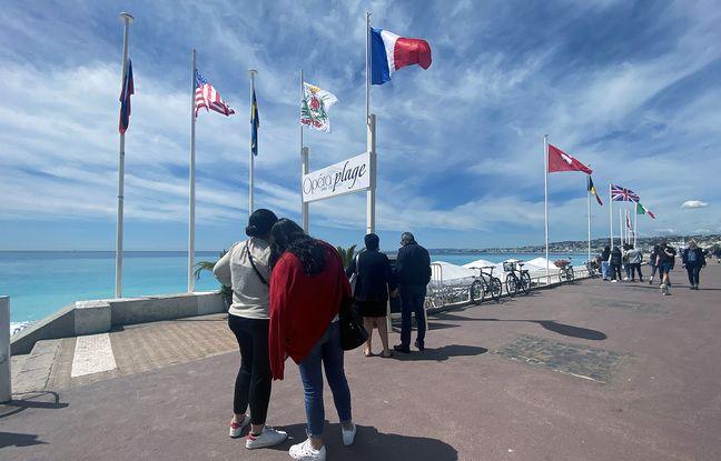 Une file d'attente devant le menu d'Opéra Plage à Nice, le 19 mai 2021