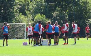 Les joueurs du Stade Rennais sur le terrain d'entraînement de la Piverdière.