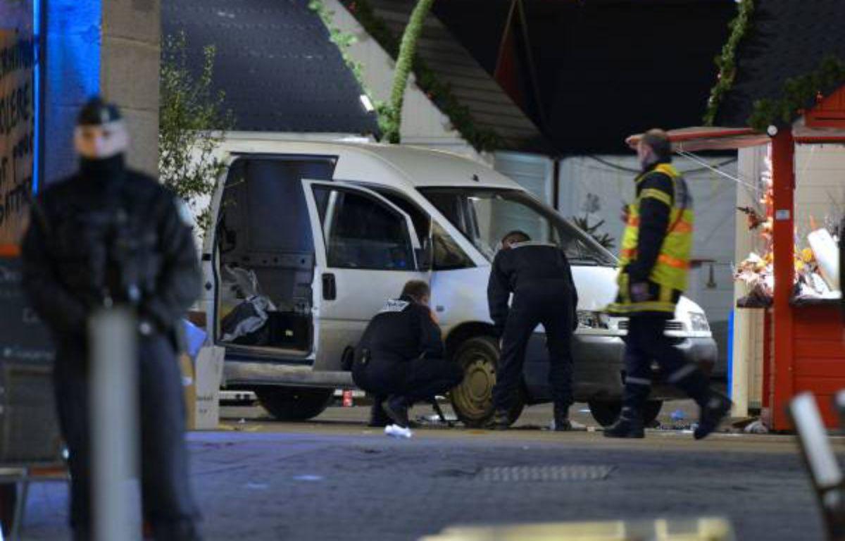 La voiture utilisée pour foncer dans la foule par un homme, le 22 décembre 2014 à Nantes. – Gobet/ AFP