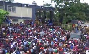 La caravane de migrants honduriens force la frontière avec le Guatemala (extrait d'un clip produit par Donald Trump).