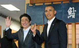 Le Premier ministre japonais Shinzo Abe et Barack Obama sortent du restaurant de sushis Sukiyabashi, à Tokyo, après y avoir dîné, le 23 avril 2014.