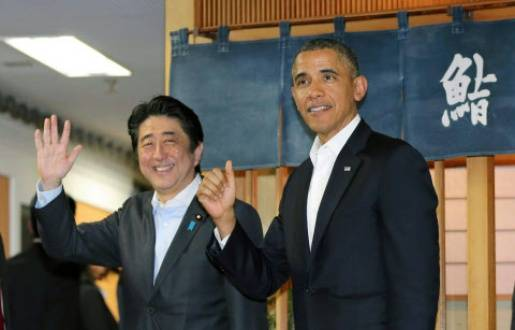 Le Premier ministre japonais Shinzo Abe et Barack Obama sortent du restaurant de sushis Sukiyabashi, à Tokyo, après y avoir dîné, le 23 avril 2014. - kyodowc110389.JPG k/NEWSCOM/SIPA