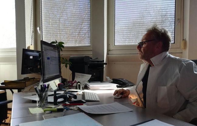 Le docteur en pharmacie Pascal Kintz, dans son bureau du laboratoire de toxicologie de l'institut médico-légal de Strasbourg.