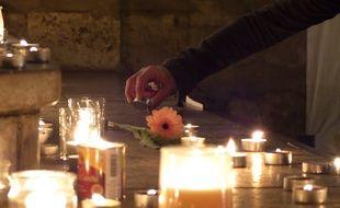 Le 15 novembre à Lyon. Ce dimanche soir, des dizaines de Lyonnais se sont succédé sur la place des terreaux pour rendre hommage aux victimes des attentats de Paris.