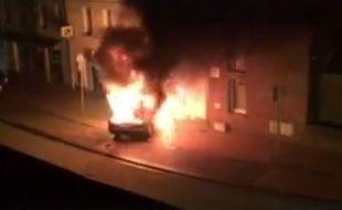 La voiture bélier en flamme.