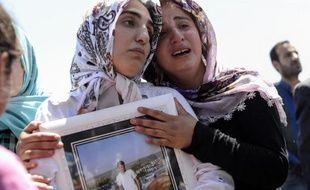 Des proches de Ramazan Yildiz tué dans une explosion à Diyarbakir, pleurent lors de son enterrement, le 6 juin 2015