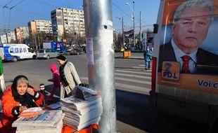 Portrait de l'ancien chef du service de renseignements extérieurs (SIE), Ioan Talpes, sur une affiche électorale, le 28 novembre 2008 à Bucarest