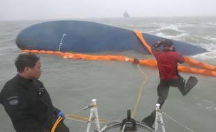 Les plongeurs s'activent autour de l'épave du Sewol le 15 avril 2014 pour retrouver d'éventuels survivants après le naufrage du navire en Corée du Sud.