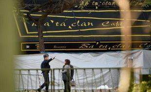 La façade de la salle de concert du Bataclan est encore cachée pour les besoins de l'enquête, le 15 novembre 2015 à Paris