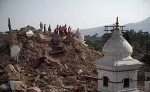 Des policiers népalais en train de dégager des débris du temple Narayan, le 1er mai 2015 à Katmandou