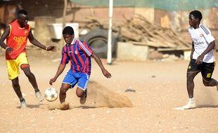 Des jeunes joueurs jouent à Dakar le 7 décembre 2015.