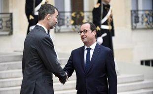 Le président François Hollande serre la main du roi d'Espagne Felipe VI le 24 mars 2015 à l'Elysée à Paris