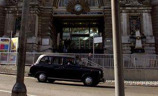 Un taxi passe devant la gare de Waterloo à Londres, le 24 juillet 1998.