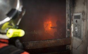 Un pompier intervient lors d'un feu d'appartement, à Marseille (illustration).