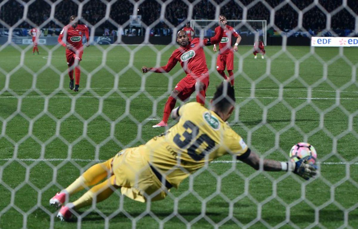 Le tournant de la rencontre : le penalty de Briand arrêté par Letellier. – JEAN-SEBASTIEN EVRARD / AFP