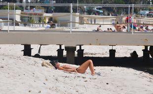 Une femme faisant du topless à Cannes, illustration