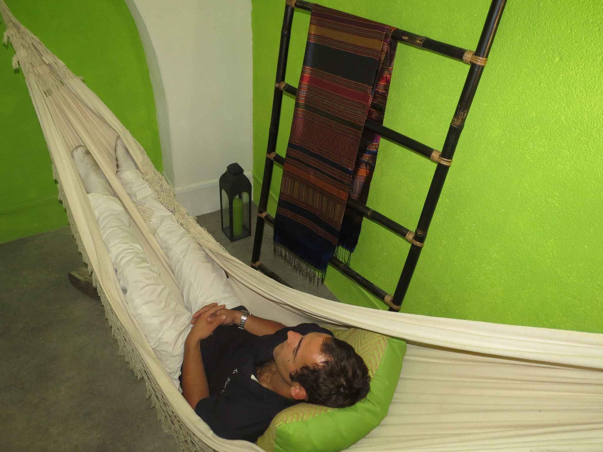 marseille un restaurant propose de faire une sieste. Black Bedroom Furniture Sets. Home Design Ideas