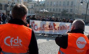 Les jeunes protestent face à des militants de la CFDT à Rennes, le 12 mars.