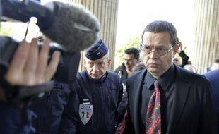 L'ex-urgentiste Nicolas Bonnemaison (d) arrive au tribunal d'Angers, le 12 octobre 2015