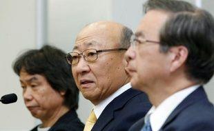 Tatsumi Kimishima (c), le nouveau PDG de Nintendo parle à la presse, le 14 septembre 2015, accompagné du   célèbre créateur de jeux et personnages Shigeru Miyamoto (g), père de Mario, le 14 septembre 2015, à Osaka