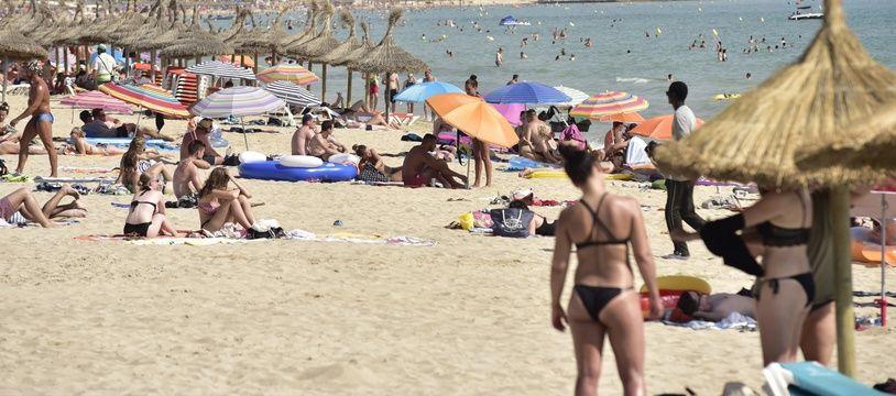 Touristes sur la plage de Palma de Majorque.