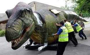 Des dinosaures animés sont livrés au zoo de Chester, en Angleterre, le 15 juin 2011.