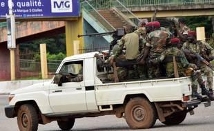 Des forces armées circulent dans Conakry, lors d'un probable coup d'Etat, le 5 septembre 2021.