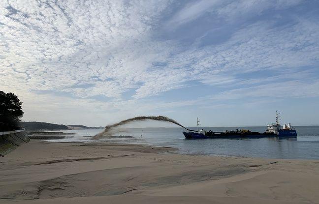 Une drague aspiratrice effectue l'opération de réensablement des plages du Pyla-sur-Mer, par la méthode