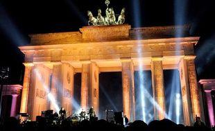 Le groupe irlandais U2 se produit devant la Porte de Brandebourg à Berlin, le 5 novembre 2009.