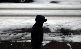Un homme marche dans la neige dans le Queens à New York le 6 janvier 2015