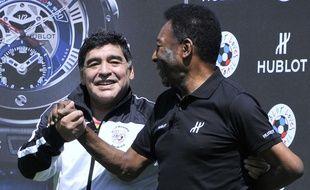 Maradona et Pelé lors d'un événement promotionnel à Paris, à la veille de l'Euro, le 9 juin 2016.