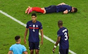 Benjamin Pavard est resté de longues minutes au sol après le violent coup de genou reçu en plein visage par Goossens mardi soir.