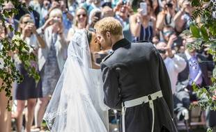 Meghan Markle et le prince Harry s'embrassent devant la chapelle.