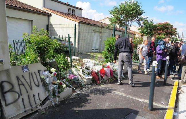 Des habitants déposent des fleurs sur les lieux du drame, quartier Breil-Malville à Nantes.