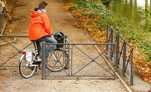Un cycliste au bord du Canal, à Toulouse. Illustration.