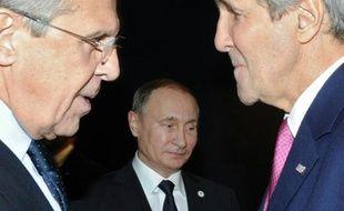 Le ministre russe des Affaires étrangères, Sergueï Lavrov (g) et son homologue américain John Kerry (d) discutent devant le président russe Vladimir Poutine (c), à Paris le 30 novembre 2015