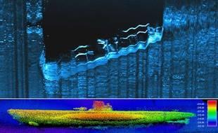 Images sonar fournies par l'Agence américaine océanographique et atmosphérique (NOAA) de l'épave d'un sous-marin allemand (bas) et d'un navire marchand américain (haut), datant de la Seconde Guerre mondiale, découverts au fond de l'Atlantique au large des côtes de Caroline du Nord.