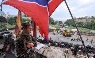 Un rebelle pro-russe sur le toit du siège de l'administration régionale, à Donetsk, le 29 mai 2014
